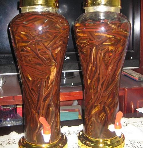 Có thể dùng nấm linh chi thái lát hoặc nguyên chiếc để ngâm rượu