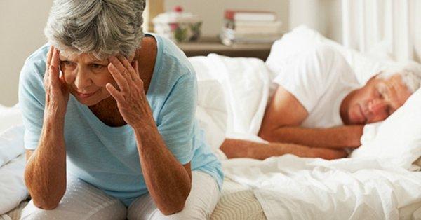 Mất ngủ gây ra nhiều vấn đề suy giảm sức khỏe người cao tuổi